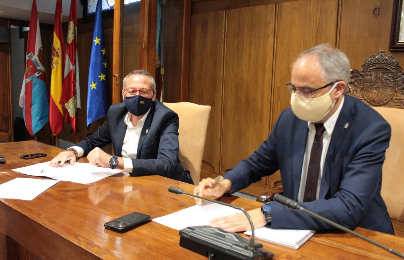 Momento de la firma del acuerdo del convenio colectivo del Ayuntamiento de Ponferrada.